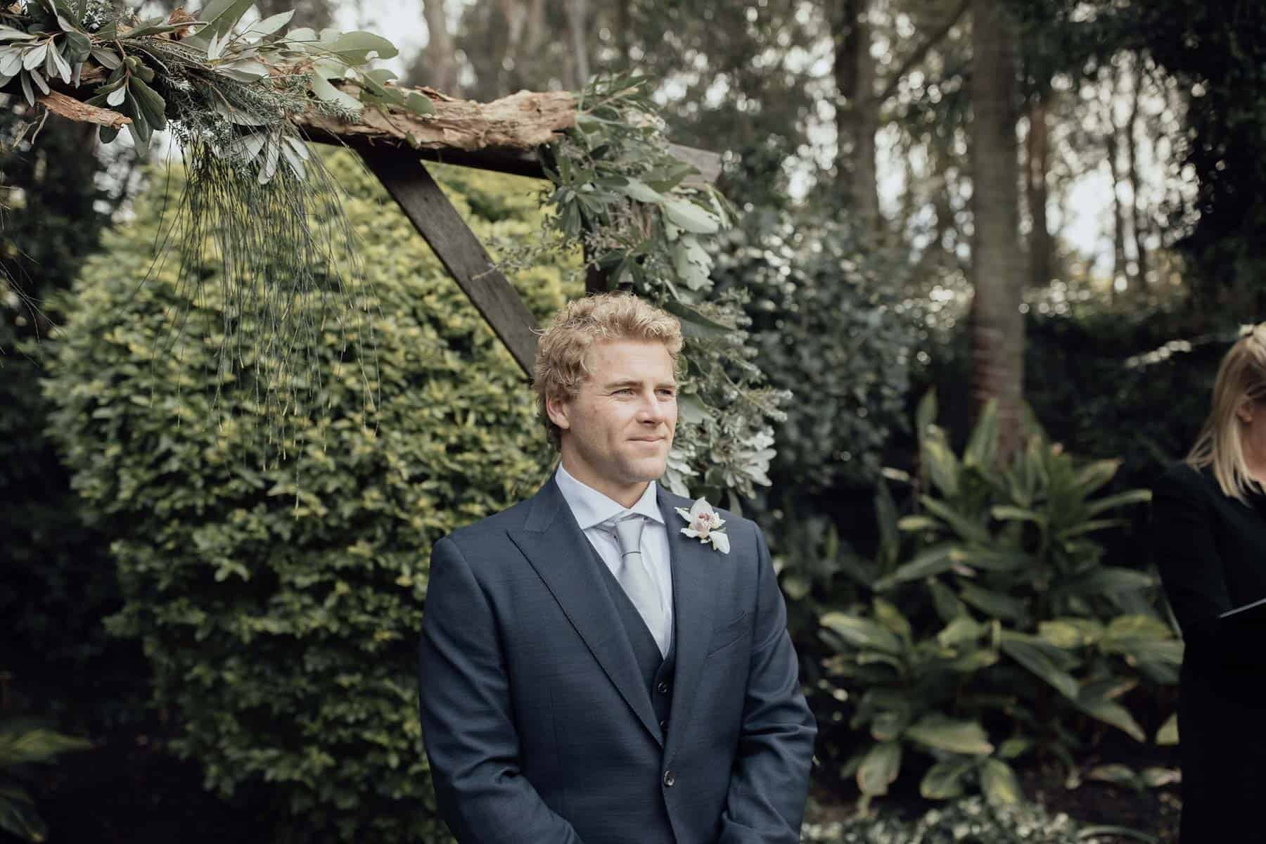 Modern backyard wedding with a gorgeous pregnant bride / photography by Jimmy Raper